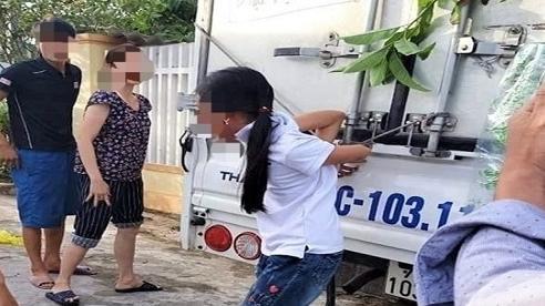 Bé gái 12 tuổi bị mẹ cột chân, trói tay vào thùng xe tải