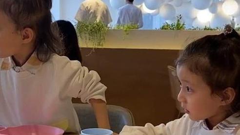 Thấy 2 con gái cứ nhớn nhác nhìn bàn bên cạnh, mẹ tò mò ngó sang thì 'câm nín' khi biết nguyên do