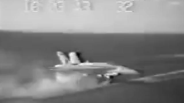Kinh hãi vụ tiêm kích F/A-18C tai nạn trên tàu sân bay Mỹ, thủy thủ chạy 'té khói' để giữ mạng