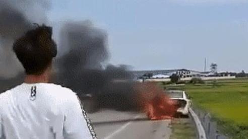 Tài xế khóc lóc, nhờ người lấy hộ giấy tờ bên trong ô tô đang bốc cháy: 'Hết bao nhiêu em cũng trả'