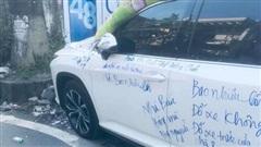 Bức xúc vì xe Lexus đỗ trước cửa, chủ nhà dùng bút dạ viết chi chít trên thân 'trả đũa' gây ngán ngẩm