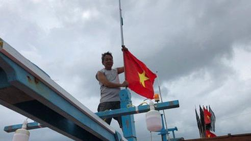 'Một triệu lá cờ Tổ quốc cùng ngư dân bám biển': Vươn khơi cùng cờ Tổ quốc