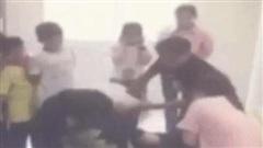 Giáo viên bị phụ huynh hành hung ngay trước mặt học sinh
