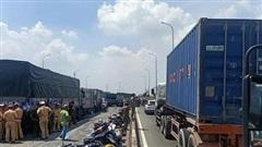 TP HCM: 11 ôtô tông nhau trên cầu Bình Thuận, giao thông rối loạn