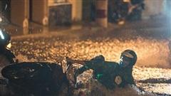 Sài Gòn ngập sâu trong mưa lớn, nhiều người ngã nhào trên đường phố