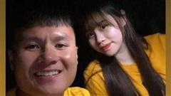 Quang Hải và bạn gái mới mặc áo cặp hạnh phúc