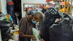 Người đàn ông nhịn đói, uống nước cầm hơi để dành tiền nuôi mẹ già sau khi bị mất việc trong dịch Covid-19 khiến cộng đồng mạng rơi nước mắt