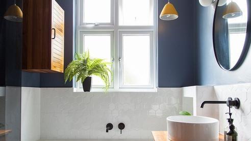 Phòng tắm mùa hè trở nên 'mát lịm' với hai gam màu trắng - xanh