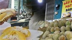 Sầu riêng 'bao ăn' chất đống khắp vỉa hè Sài Gòn với giá siêu rẻ chỉ 50.000 đồng/kg: 'Gặp hạn mặn nên bán được đồng nào hay đồng đó!'