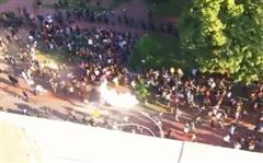 Cảnh sát bắn hơi cay dọn đường, TT Trump phát biểu giữa tiếng trực thăng và tiếng la ó của người biểu tình