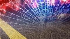 Bé trai 7 tuổi lái ô tô chở em trai gây tử vong