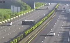 Xe điện Tesla đâm thẳng vào xe tải bị lật trên cao tốc: Sai lầm của chế độ lái tự động?