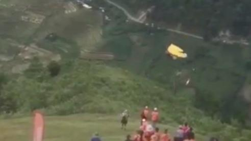 Phi công người Nga rơi xuống vực từ độ cao 20 m khi chơi dù lượn ở Mù Cang Chải