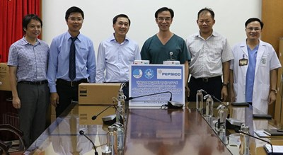 Hội Thầy thuốc trẻ Việt Nam trao trang thiết bị y tế tặng Bệnh viện Bạch Mai