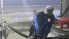 Truy tìm người đàn ông dùng búa đánh nữ chủ quán cà phê