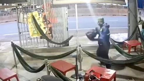 Truy bắt người đàn ông dùng búa tấn công hai chị em chủ quán cà phê lúc rạng sáng