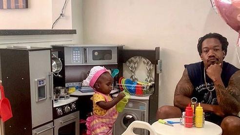 Ông bố trẻ lên mạng review 'chê bai' nhà hàng của cô con gái 2 tuổi khiến dân mạng phải cười bò