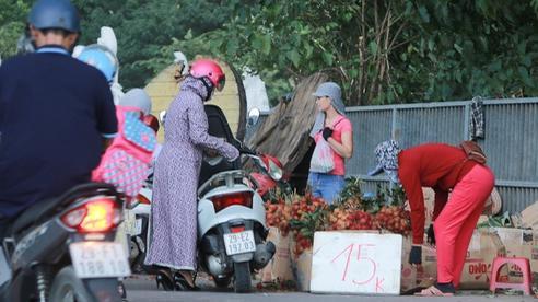 Ảnh: Hoa quả với giá rẻ giật mình 'đổ bộ' khắp vỉa hè Hà Nội