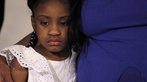 Con gái của người đàn ông da màu bị cảnh sát ghì chết xuất hiện bên mẹ khiến ai cũng xót xa