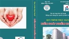 Dịch Covid-19: JICA tặng sổ tay 'Quy trình thực hành kiểm soát nhiễm khuẩn' cho Bệnh viện Chợ Rẫy