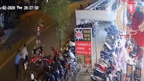 Clip: Phát hiện thanh niên dắt trộm xe máy, nam bảo vệ đuổi theo và kéo ngã tên trộm