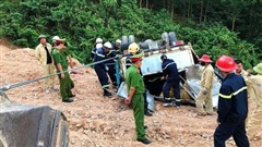 Hơn 4 giờ giải cứu thành công xe tải chở gần 5 tấn thuốc nổ bị lật