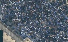 Mỹ: Cả cây cầu tắc nghẽn vì người biểu tình mô phỏng tư thế của nạn nhân bị cảnh sát ghì cổ đến chết