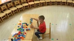 Cậu bé ngơ ngác buổi đầu đi học không hiểu vì sao một mình một lớp, dân mạng thì lăn ra cười nhìn cảnh lúc ngủ trưa