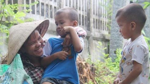 Xót cảnh 2 đứa trẻ sống cạnh những ngôi mộ, chẳng biết nói chuyện, ngày ngày đợi mẹ khờ đi xin thuốc về uống