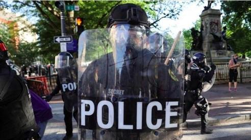 Giữa biểu tình dữ dội, Mỹ truy tố cả 4 cảnh sát vụ ghì chết người