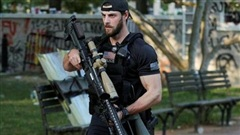 Hộ tống ông Trump, mật vụ Mỹ thu hút mọi ánh nhìn bằng khẩu súng hàng khủng 'dài gần bằng người'