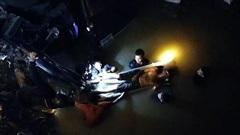 Xe tải lao xuống suối trong đêm, 2 người tử nạn