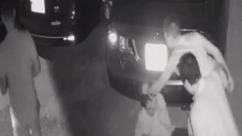 CLIP: Chủ quán mì cay ở Cần Thơ bị 2 thanh niên đánh đập gây thương tích