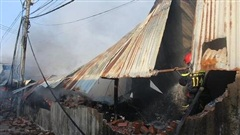 Lửa thiêu rụi kho chứa vải ở Đồng Nai lúc rạng sáng và cháy lan sang 2 nhà dân bên cạnh