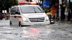 TP HCM: Ngập kinh hãi ở quận Thủ Đức, nước chảy xiết xô ngã cả xe máy