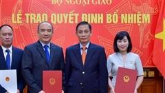 Thứ trưởng Ngoại giao Lê Hoài Trung trao quyết định bổ nhiệm cán bộ cấp Vụ
