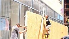 Bạo loạn, cướp phá tại Mỹ khiến nhu cầu mua ván gỗ bịt cửa tăng vọt
