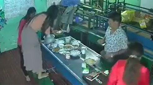 Chụp ảnh 'cúng' facebook trước bữa ăn, cô gái gặp sự cố làm toang cả mâm cơm