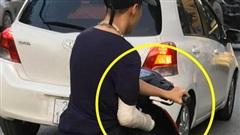 Xôn xao hình ảnh nam thanh niên bị gãy tay phải, vẫn liều mình vặn ga xe máy bằng... tay trái