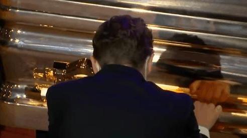 Thị trưởng Minneapolis quỳ gối khóc nức nở trước quan tài của George Floyd