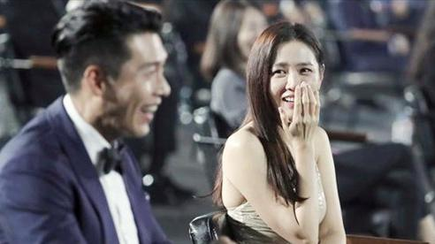 Cameraman của Baeksang tự 'soi' luôn tá hint của Hyun Bin - Son Ye Jin: Liếc qua liếc lại, sao đáng nghi quá?