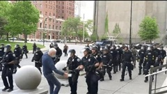 Cảnh sát Mỹ xô ngã người biểu tình xuống đất gây chảy máu đầu
