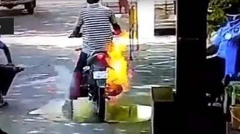 Ấn Độ: Xe máy 'bỗng dưng' bốc cháy khi được phun khử trùng