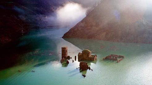 'Ngôi làng ma' chìm dưới nước bất ngờ nổi lên sau hơn 25 năm biến mất