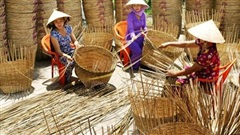 Cuối tuần làm một chuyến về ngoại thành Hà Nội, chị em tha hồ lựa các sản phẩm mây tre đan truyền thống chất lượng, giá thành rẻ hơn thị trường tới 70%