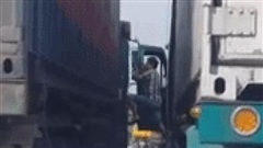 Clip: 2 tài xế Container dừng xe chiếm hết lòng đường rồi đánh nhau khiến nhiều người ngao ngán