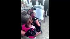 Xúc động khoảnh khắc nam cảnh sát Mỹ ôm bé gái da màu giữa cuộc biểu tình: 'Chú ở đây để bảo vệ cháu'