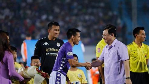 Bí thư Thành ủy Hà Nội Vương Đình Huệ tặng hoa cầu thủ Hà Nội FC, HAGL, chúc mừng sự trở lại của V-League