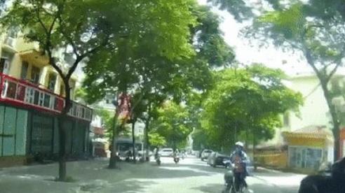 Clip: Tài xế ô tô được phen 'hú vía' khi đi qua cổng trường