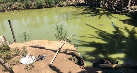 Kéo điện chích cá dưới ao, 2 cha con bị giật tử vong
